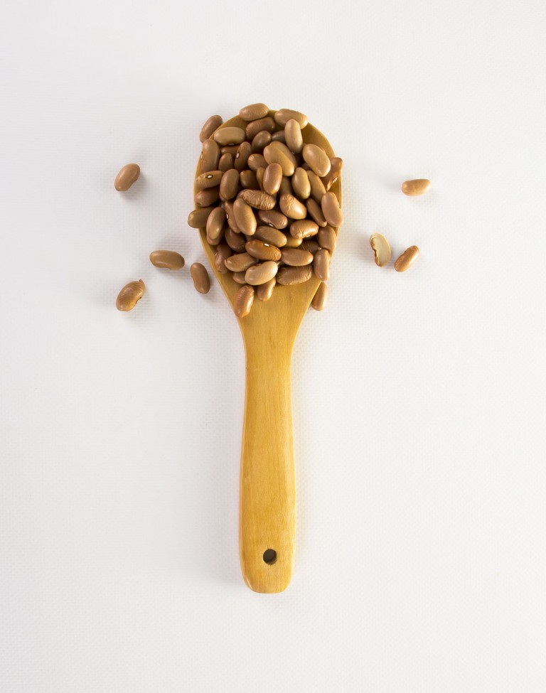 Cuchara de madera con legumbres